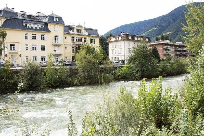 在传球手河河沿的古典大厦Meran或梅拉诺市的在意大利 免版税库存图片