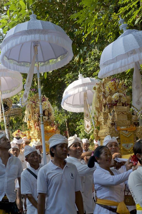在传统仪式期间的巴厘语人 免版税库存照片