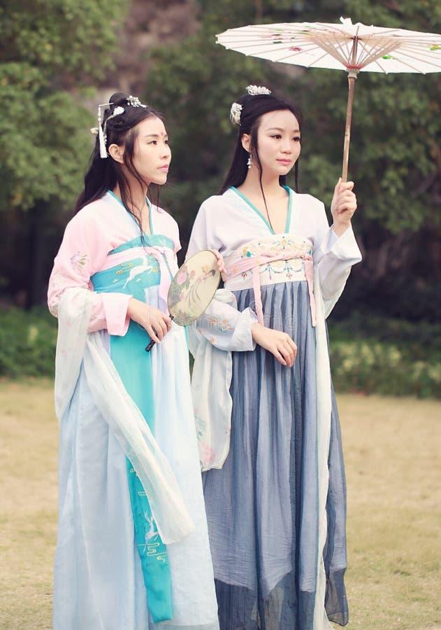 在传统古老戏曲服装hanfu的Cosplay中国最佳的亲密的朋友bestie 免版税库存图片