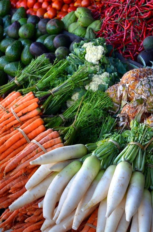 在传统市场上的健康食物显示 库存图片