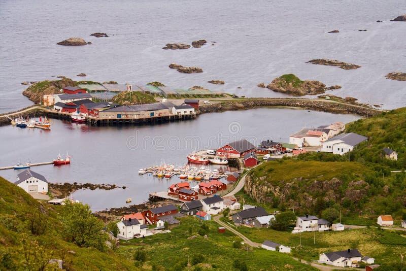 在传统挪威渔夫Rorbu房子的鸟瞰图在有小岛的小口岸村庄, Vesteralen,挪威 库存照片