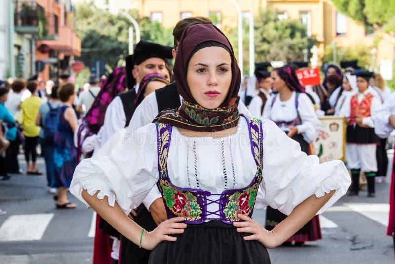 在传统撒丁岛服装的游行 图库摄影