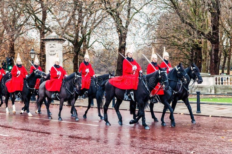 在传统改变卫兵仪式期间,前进女王/王后` s守卫 免版税库存照片