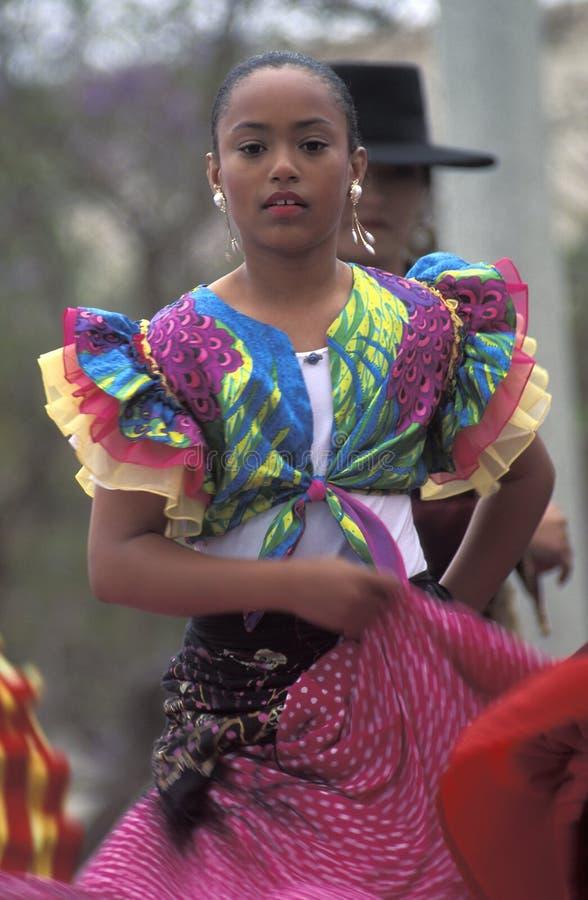 在传统服装的年轻墨西哥妇女跳舞 免版税库存照片