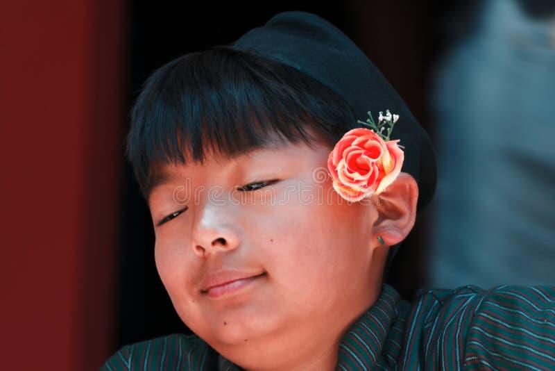 在传统服装的年轻微笑的尼泊尔 免版税图库摄影
