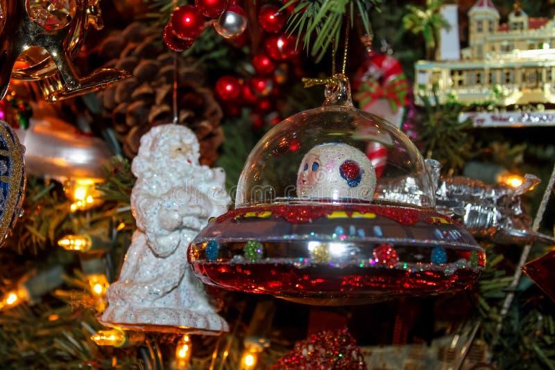 在传统树的外籍人航天器圣诞节装饰品 免版税图库摄影