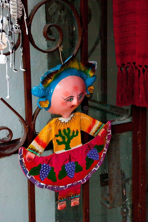 在传统礼服在纪念品店,访问国家的游人的普遍的地方的小的墨西哥玩偶 免版税库存图片