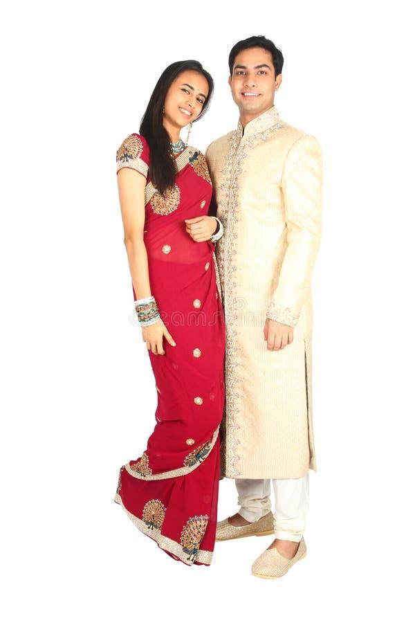 在传统穿戴的印第安夫妇 免版税库存照片