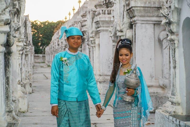 在传统缅甸服装,缅甸- 2017年11月21日的年轻夫妇 免版税库存图片