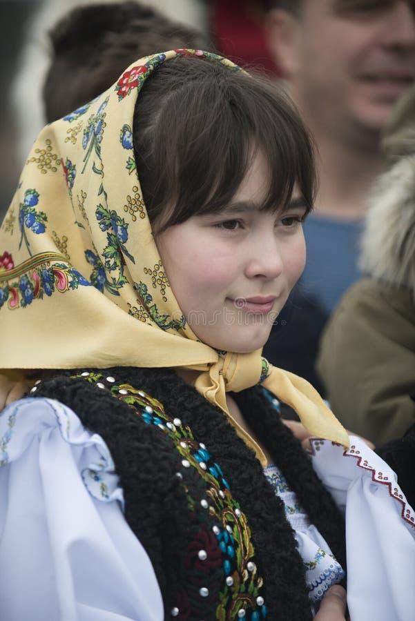 在传统罗马尼亚衣裳打扮的女孩 库存照片