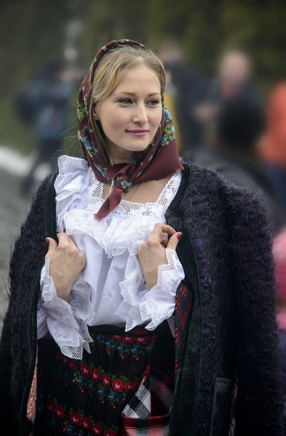 在传统罗马尼亚衣裳打扮的妇女 库存图片