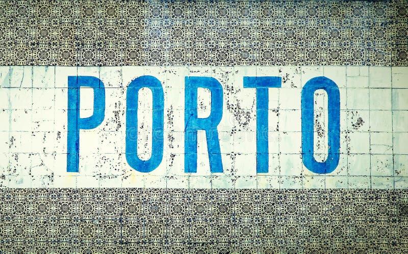 `在传统葡萄牙老瓦片` azulejos `的蓝色信件中写道的波尔图`在市波尔图,葡萄牙 免版税库存照片