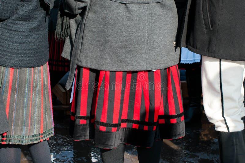 在传统衣裳的妇女在结束Transylvanian传统狂欢节的冬天 库存图片