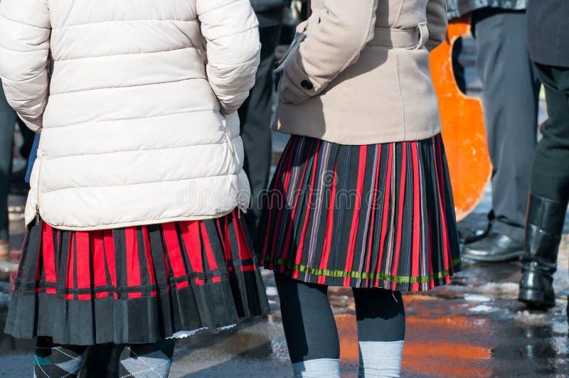 在传统衣裳的妇女在结束Transylvanian传统狂欢节的冬天 库存照片