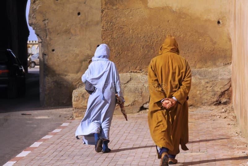 在传统阿拉伯衣物打扮的Morrocan人 免版税库存图片