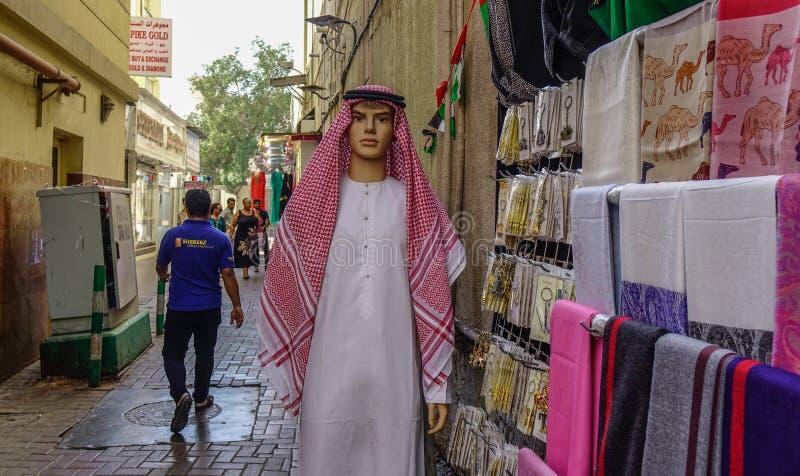 在传统阿拉伯衣物的时装模特 免版税库存照片