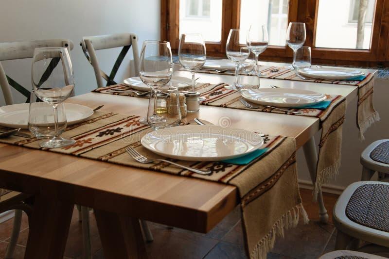 在传统餐馆布置的典雅的桌 免版税库存照片
