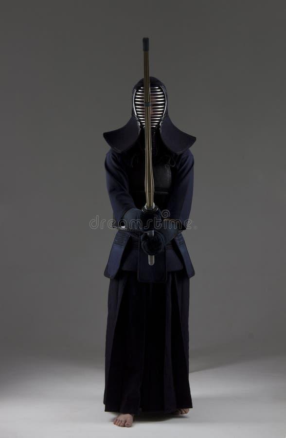 在传统kendo装甲的男性有竹剑的 免版税库存图片