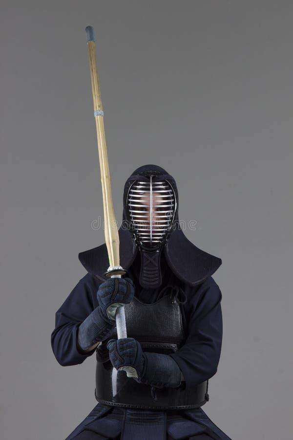 在传统kendo装甲的男性有竹剑的 免版税图库摄影