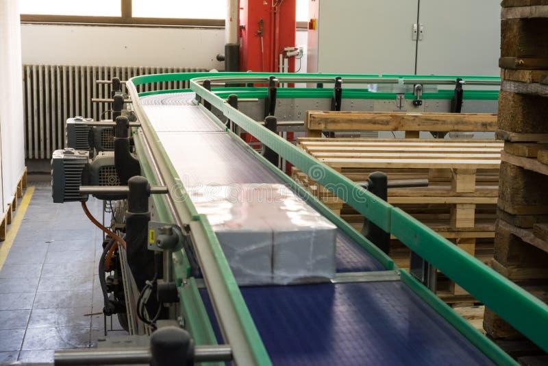 在传送带工业设备轮曲线蓝色Mo的包裹 库存图片