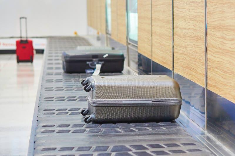 在传送带的行李 库存照片