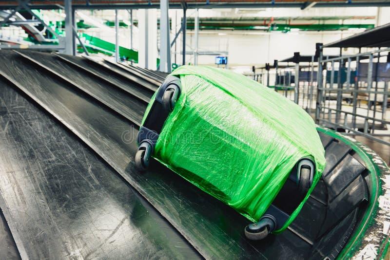在传送带的行李 免版税库存照片