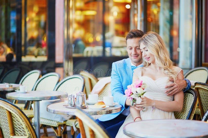 在传统巴黎人咖啡馆的已婚夫妇 免版税库存图片