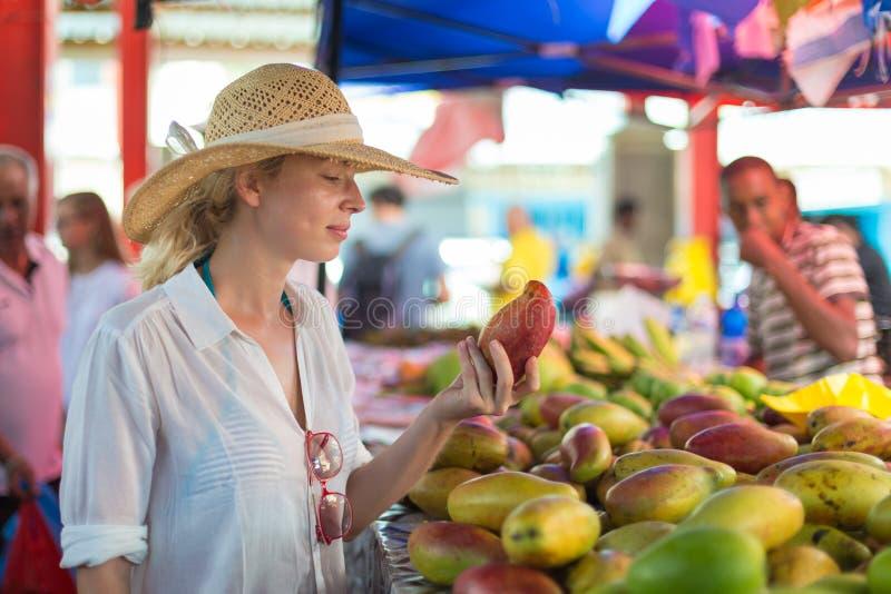 在传统维多利亚食物市场,塞舌尔群岛上的旅客购物 免版税库存图片