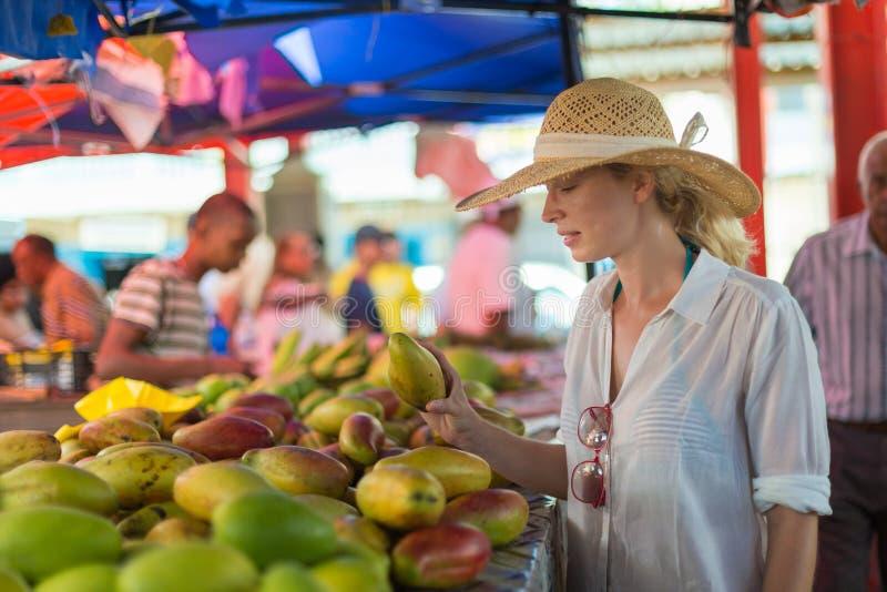 在传统维多利亚食物市场,塞舌尔群岛上的旅客购物 图库摄影