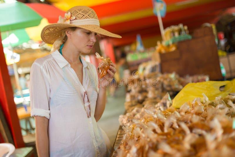 在传统维多利亚食物市场,塞舌尔群岛上的旅客购物 库存图片