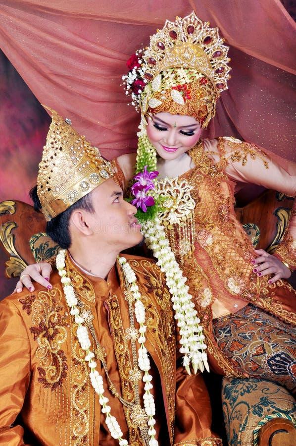 在传统婚礼的Javanesse回教夫妇 库存照片