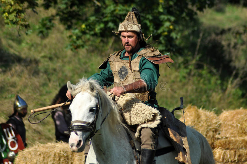 在传统服装的骑马示范 免版税库存照片