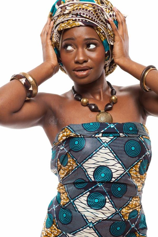 在传统礼服的有吸引力的非洲模型 免版税库存照片