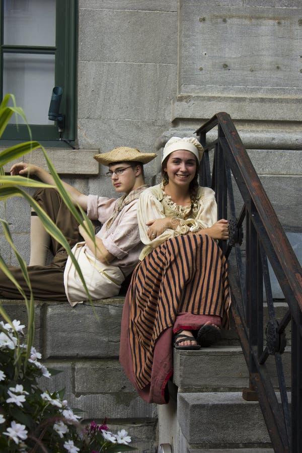 在传统衣物的年轻法国加拿大夫妇 库存照片