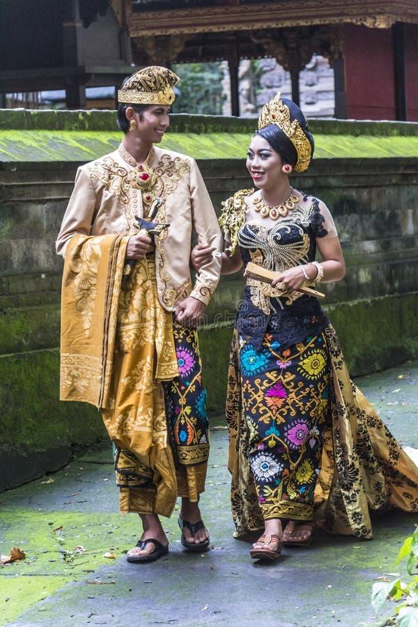 在传统衣裳的巴厘语夫妇在婚姻前 图库摄影