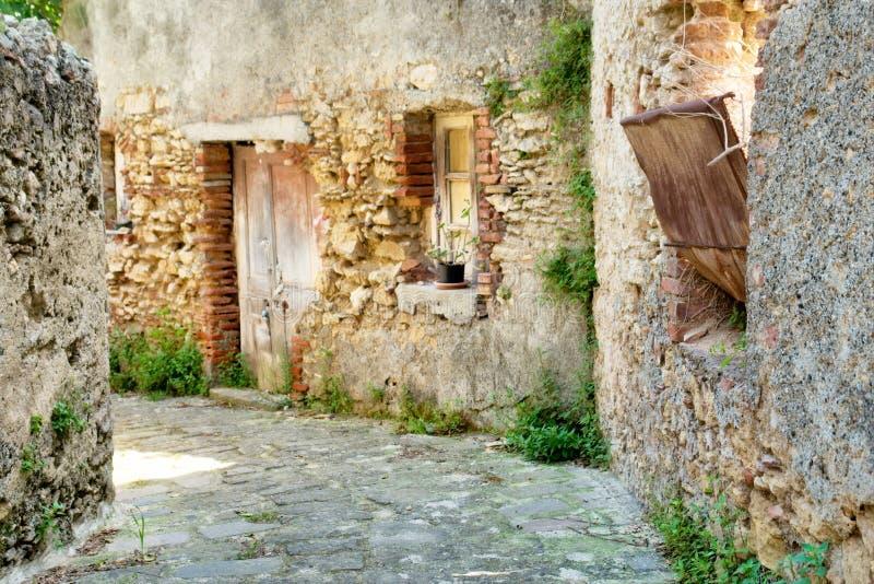 在传统西西里人的镇上狭窄的街道  图库摄影