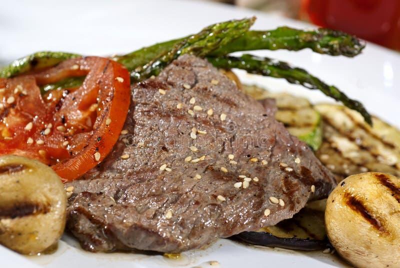 在传统调味汁沐浴的阿根廷肉块服务与ve 免版税库存图片