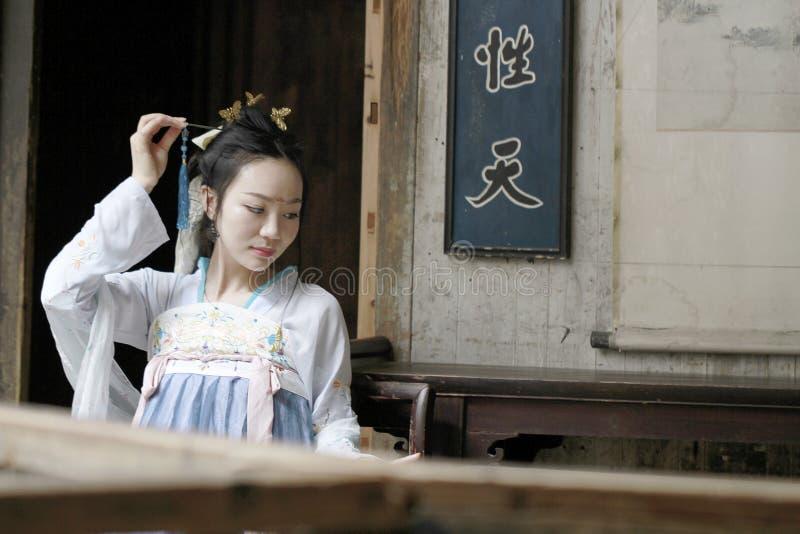 在传统Hanfu礼服的汉语经典秀丽做一个愿望 免版税图库摄影