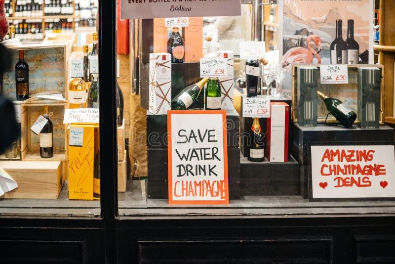 在伦敦保存水饮料香槟酒精商店团结了kingdo 免版税库存图片
