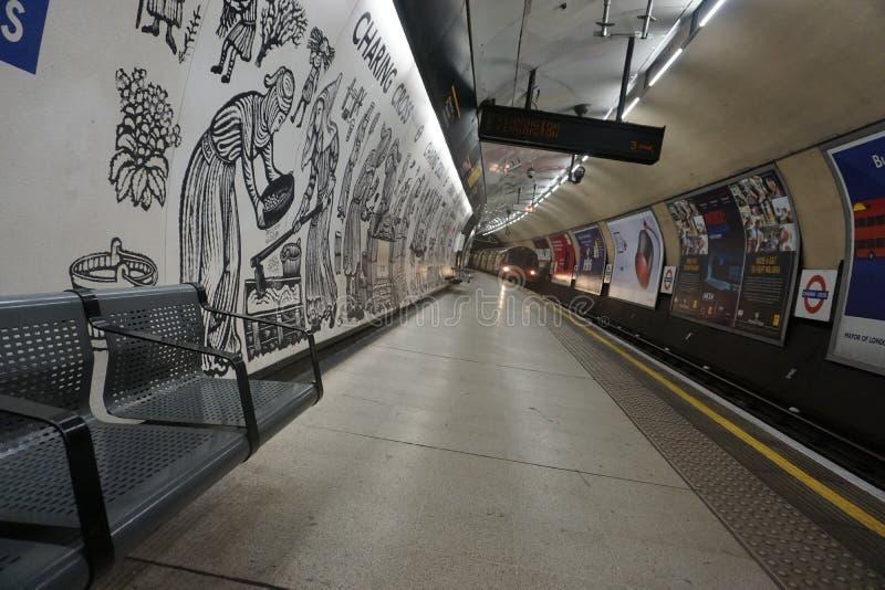 在伦敦地铁地铁车站的等待时间 免版税库存照片