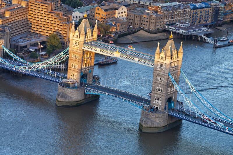 在伦敦塔桥梁的鸟瞰图在黄昏 库存照片