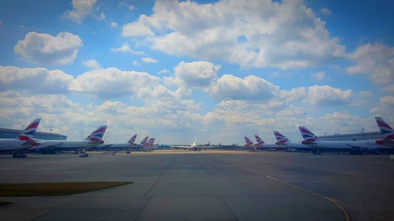 在伦敦希思罗机场的英国航空公司飞机 免版税库存照片