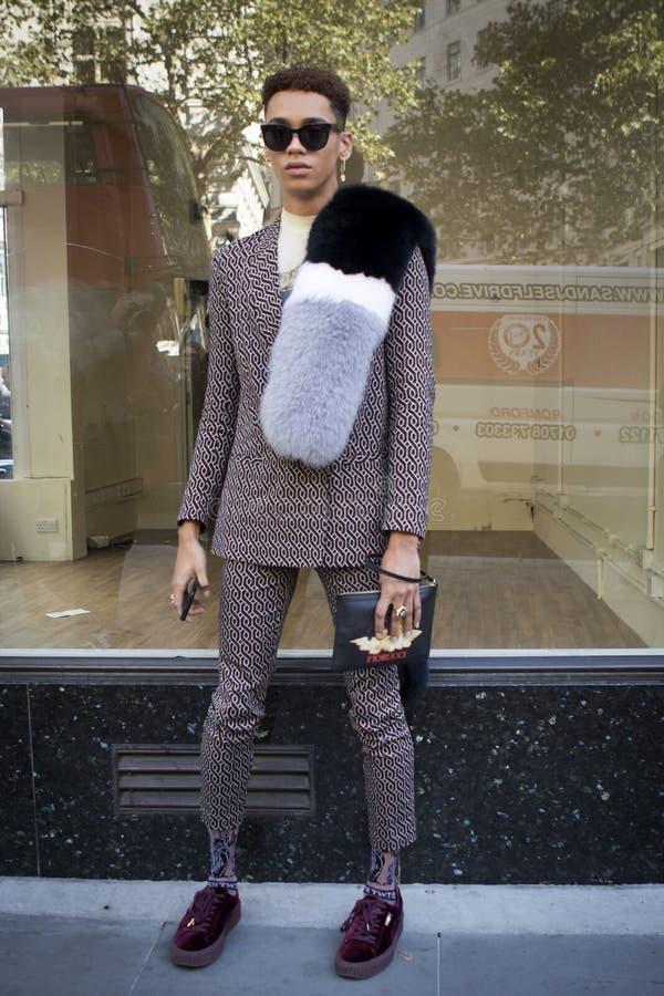 在伦敦时尚星期期间,在街道上的人们在街道上的伦敦时尚WeekPeople期间 免版税库存图片