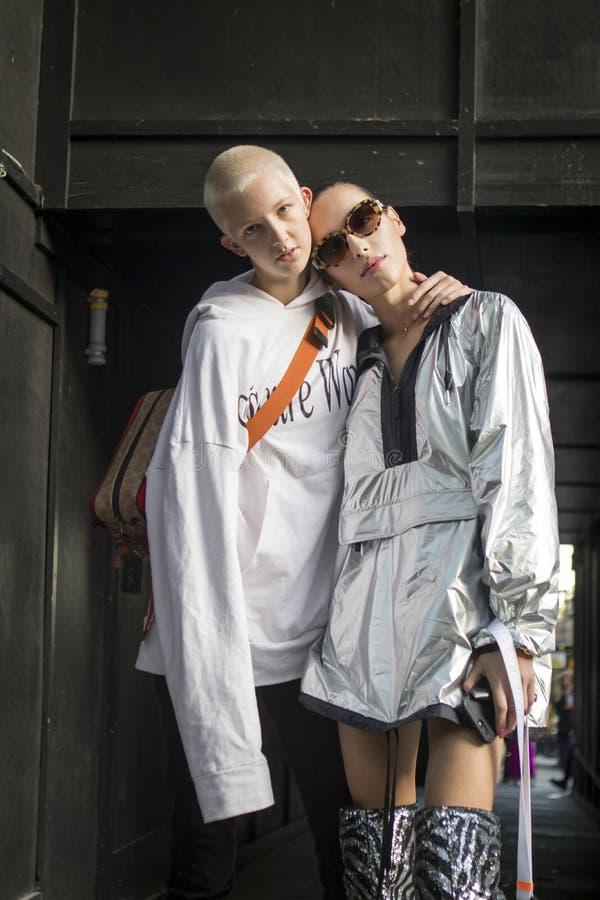 在伦敦时尚星期期间,在街道上的人们在街道上的伦敦时尚WeekPeople期间 免版税库存照片
