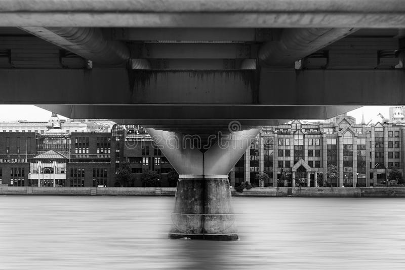 在伦敦桥下的水研究 库存图片