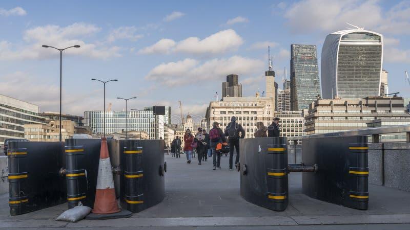 在伦敦桥在自治市镇地区, Southwark,伦敦SE1的路面架设的反车辆地雷的障碍作为恐怖主义preventio 免版税图库摄影