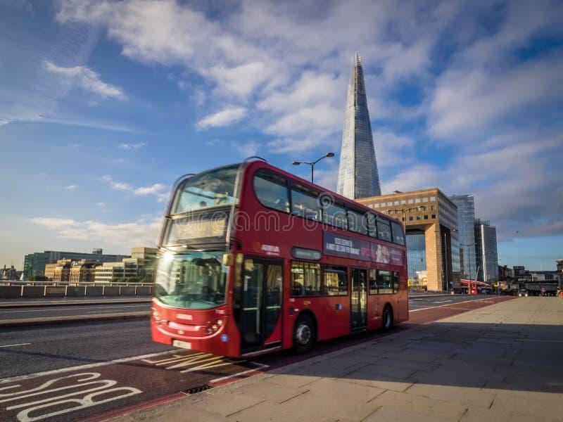 在伦敦桥的伦敦公共汽车 免版税图库摄影