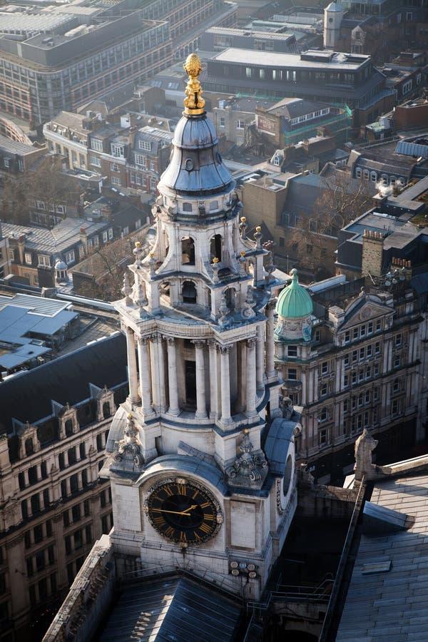 在伦敦的屋顶视图在从圣保罗& x27的一有雾的天; s大教堂 免版税库存图片