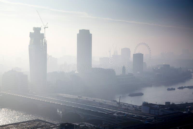 在伦敦的屋顶视图在从圣保罗& x27的一有雾的天; s大教堂 库存照片
