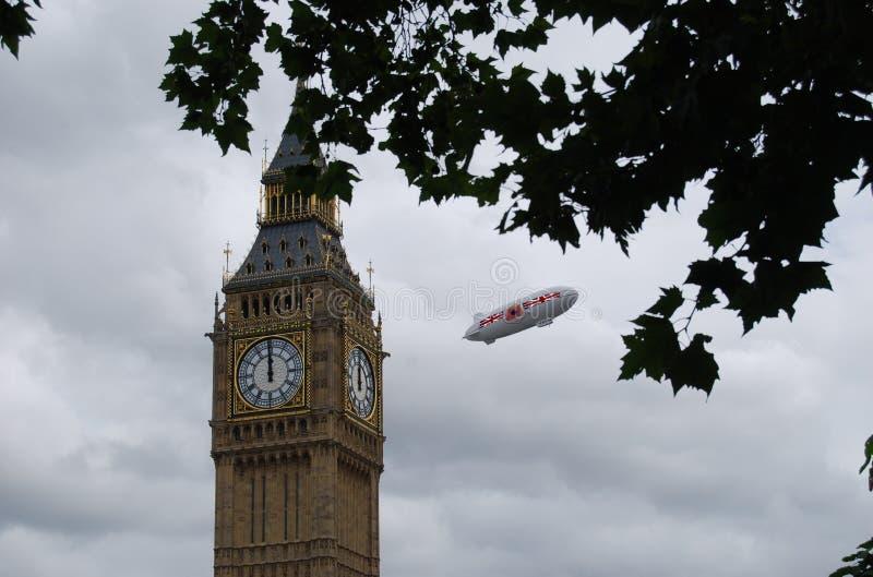 在伦敦的英国浮空器在大本钟附近 库存照片